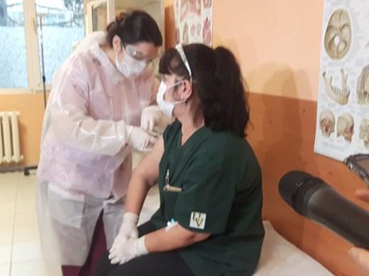 Медицинска сестра с 40 г. стаж стана първата ваксинирана в Бургас (Снимки)