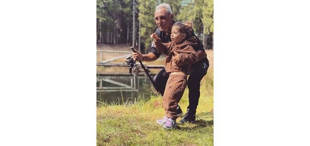 Стоичков учи внучката си Миа как се хвърля въдица