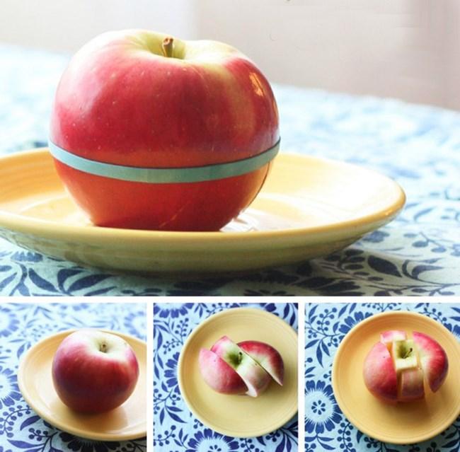 Ако изпращате детето на училище и му приготвяте ябълка, може да я нарежете и после обратно да я съберете, като я обвиете с ластик. Така ще се запази свежа, а за детето консумацията на парченцата ще е удобна.