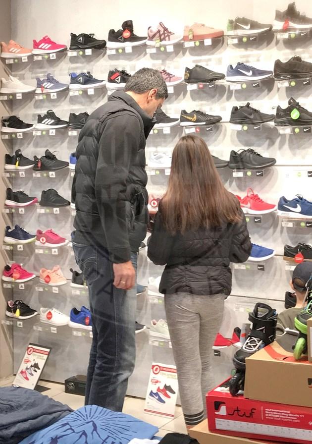 Евгени Иванов на шопинг с щерката
