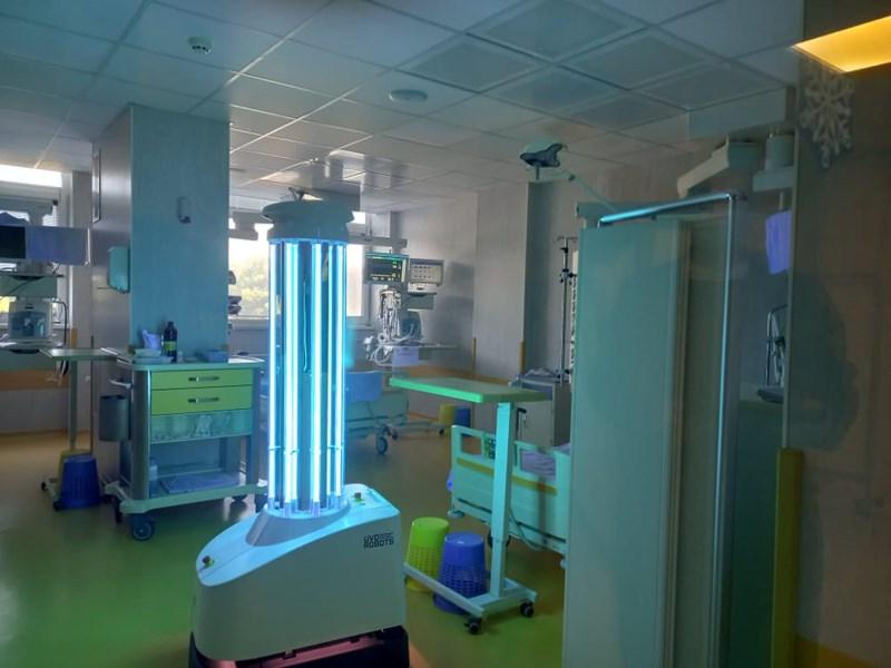 Роботът дезинфекцира с ултравиолетова светлина