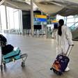 ЕС: С маски в самолетите, изпращачите - извън летището