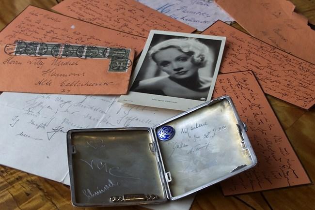 Любовни писма и табакера на Марлене Дитрих бяха продадени на търг в Хановер през 2001 г. 8-те писма са до бившия и? приятел Вили Михел, хлебар в Хановер.