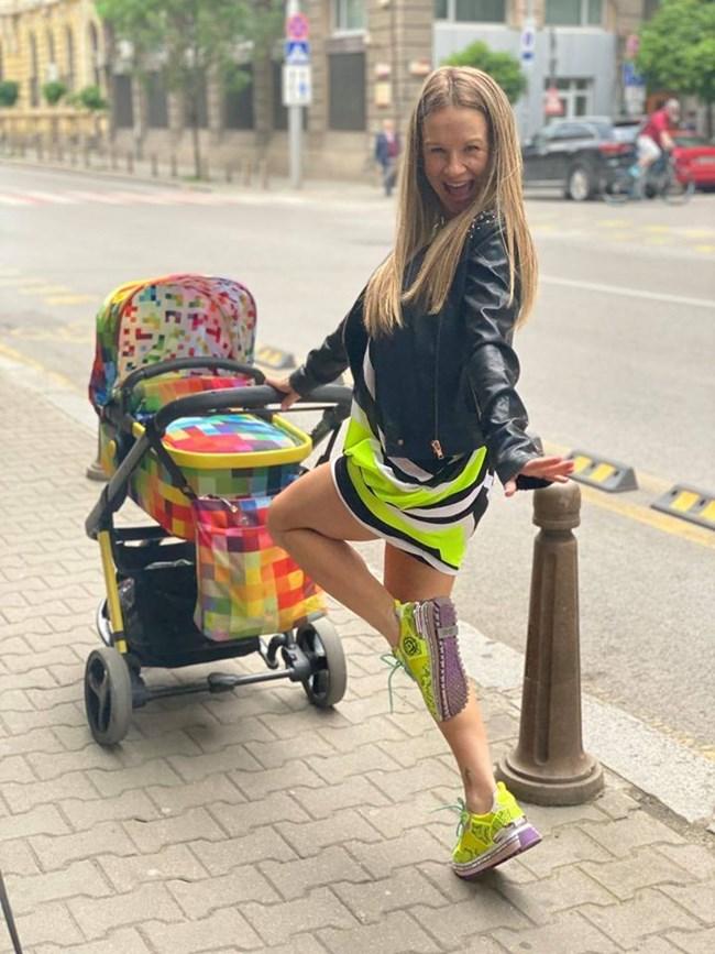 Лора Караджова разхожда с количката сина си Матей.