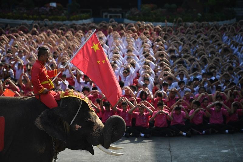 Около 3000 ученици се събраха в тайландската провинция Аютая, за да подкрепят Китай в борбата с коронавируса. Множеството, придружено от два слона, се подреди под формата на сърце и прати валентинки.