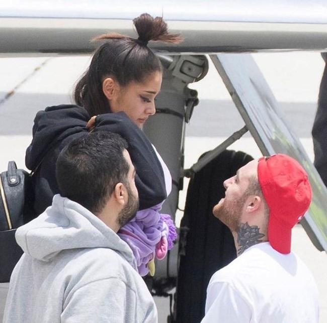 Ариана Гранде пристигна успешно при семейството и приятеля си. Снимка: Мак Милър, Инстаграм