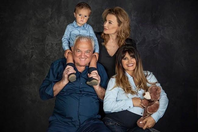 Петя Дикова с майка си Аня Пенчева, баща си Сашо Диков и първото си дете Александър, преди да роди втория  си син.
