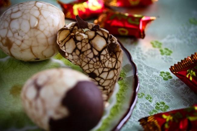 източник: http://steamykitchen.com/2147-chinese-tea-eggs-recipe.html