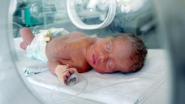 Акушерки показват по домовете как се храни  и къпе недоносено бебе