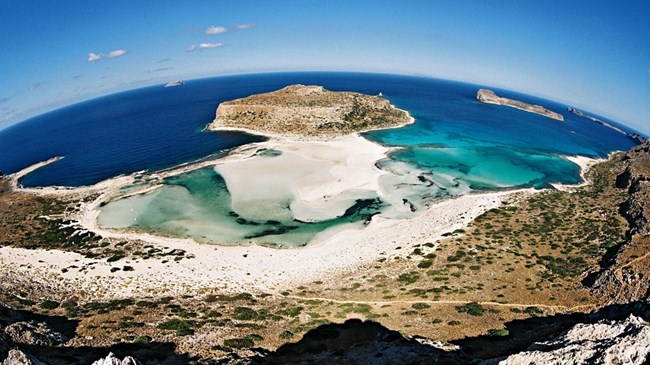 Плажът Балос на остров Крит се намира на известна с тюркоазените си води лагуна.