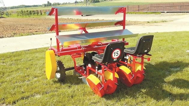 Плантерът AGRO-OSEK е без проблеми и на необработен терен, и на лехи
