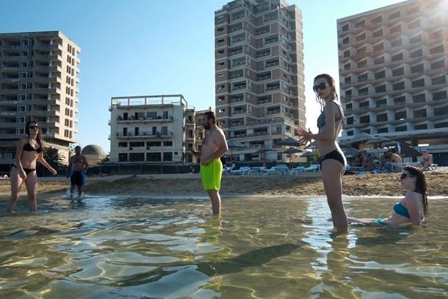 Фамагуста в турската част на Кипър предлага екстремно изживяване с призрачен пейзаж, но морето и пясъкът са прекрасни.