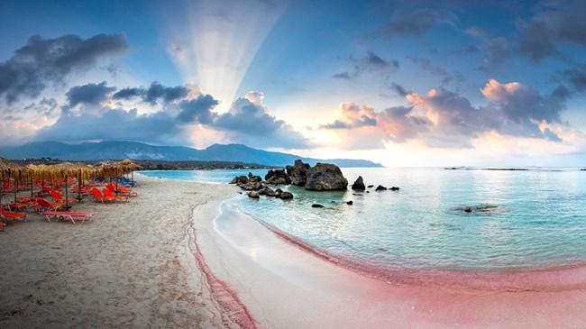 Плажът Елафониси на остров Крит, чийто пясък розовее.