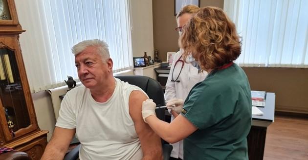 Здравко Димитров се ваксинира.