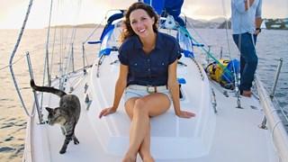 Котка обикаля света заедно със стопаните си (Галерия)