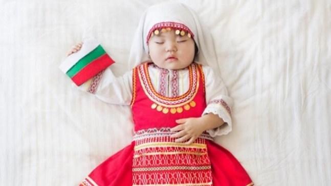 Майка облича бебето си в народни носии. Резултатът е очарователен