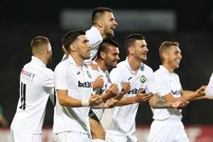 """Футболистите на """"Славия"""" празнуват гол при победата си с 3:1 над """"Лудогорец"""", донесла им бронзови медали след 23 г. СНИМКА: SPORTAL.BG"""