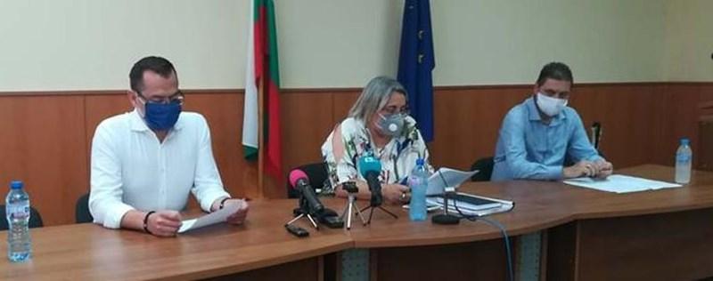 Кметът на Добрич Йордан Йорданов, д-р Светла Ангелова и зам.-областният управител Красимир Николов.