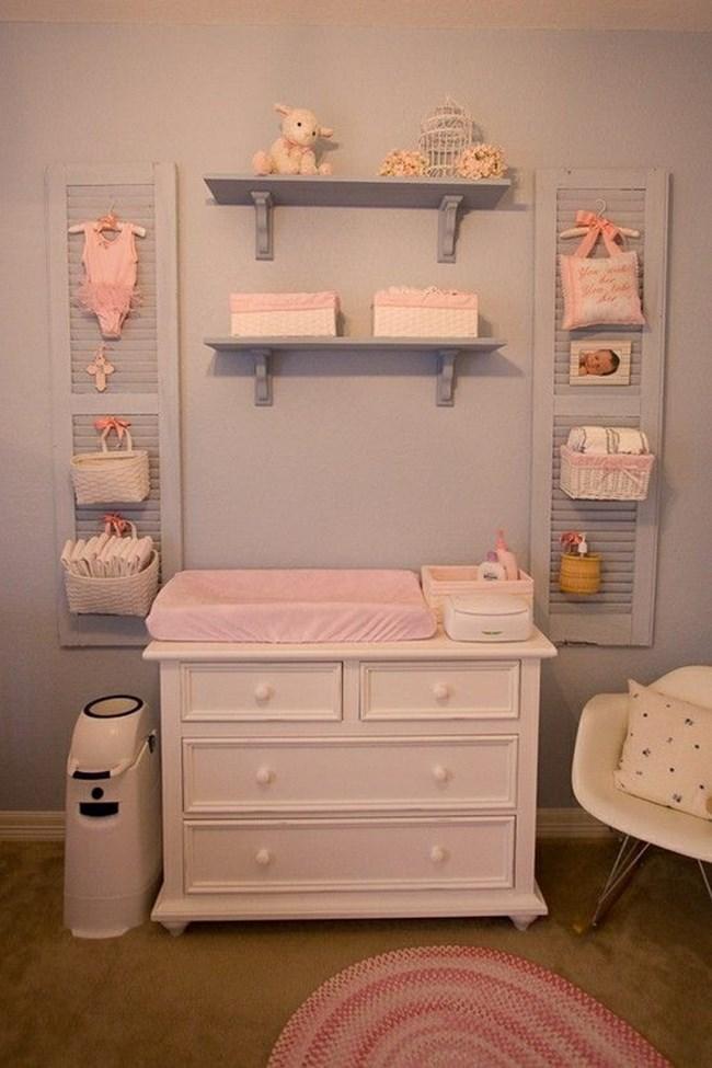 Използвайте вещите на бебето, за да създадете декорации по стените. Идеални за целта са тези, които вече не му стават.