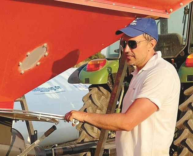 Инж. агр. Стефан Стоянов обяснява на място как се работи с нетрадиционните силози