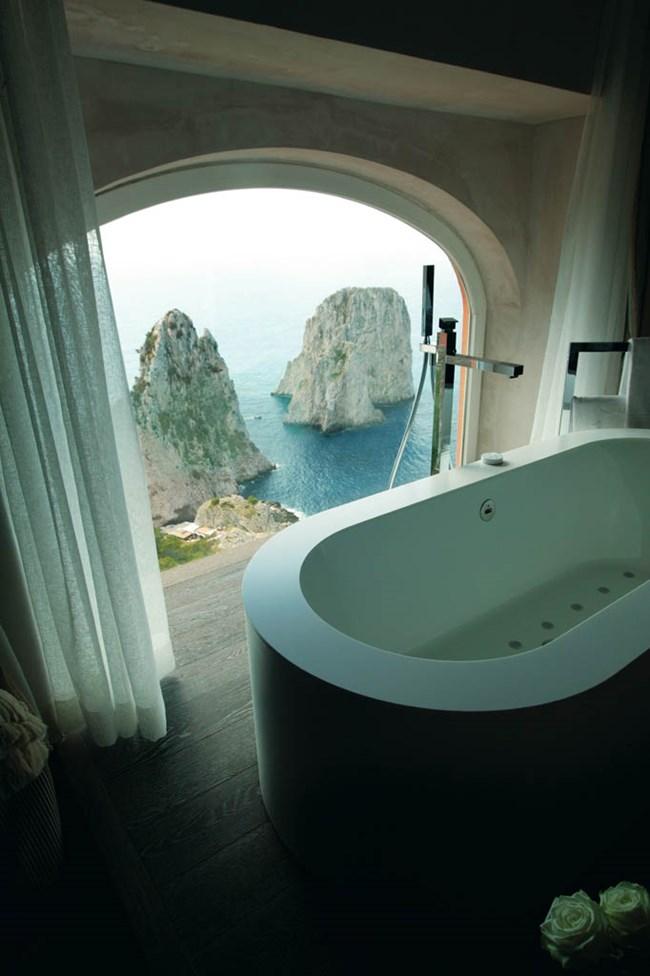 От ваните в някои стаи на хотел Punta Tragara на италианския остров Капри се виждат морето и скалите