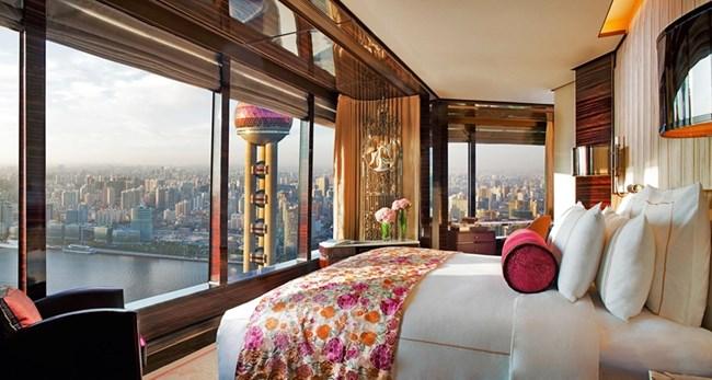 Гостите в The Ritz-Carlton в Шанхай не трябва да се страхуват от любопитни очи или техника, защото през прозорците се вижда само отвътре навън