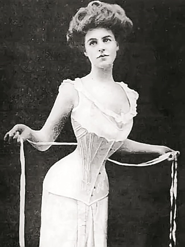 Дамите започват да носят корсети още през XVI в., но смъртоносната мания по тънките кръстчета обхваща най-силно Викторианската епоха.