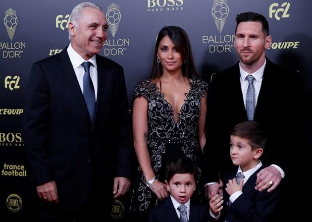 """Стоичков посрещна Меси в Париж, където Лео за шести път ще прегърне """"Златната топка"""" (Видео)"""