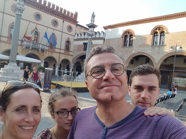 Цялото семейство - Албена, Мина, Емил и Здравко (от ляво на дясно) се снимат, докато са на почивка в Италия.