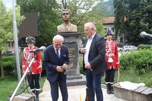 Георги Милушев откри бюст-паметника на Левски заедно с кмета на Смолян Николай Мелемов.