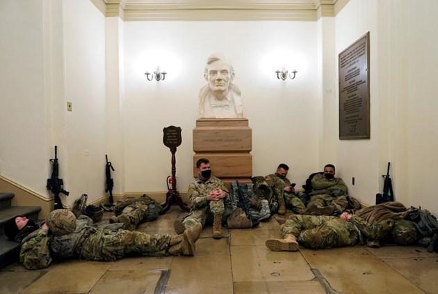 Войници от нацоналната гвардия спят по коридорите на Капитолия.