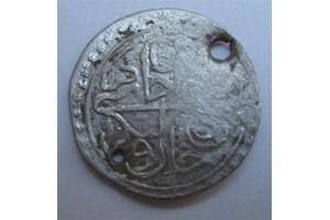 БЕШЛИК: Сребърна турска монета от края на XVIII век на стойност 5 гроша. Пробита е, за да се използва като накит на женска носия.