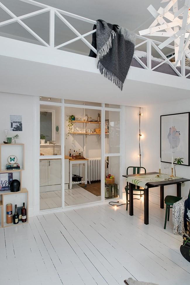 Макар да преобладава студеният бял цвят, малкото жилище излъчва уют