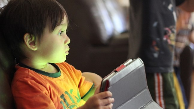 Какво дава и взима времето пред екрана на децата в различните възрасти