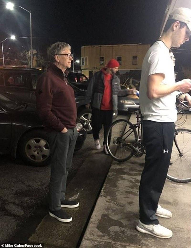 63-годишният милиардер Бил Гейтс чака на опашка за бургери в Сиатъл.  СНИМКА: ФЕЙСБУК