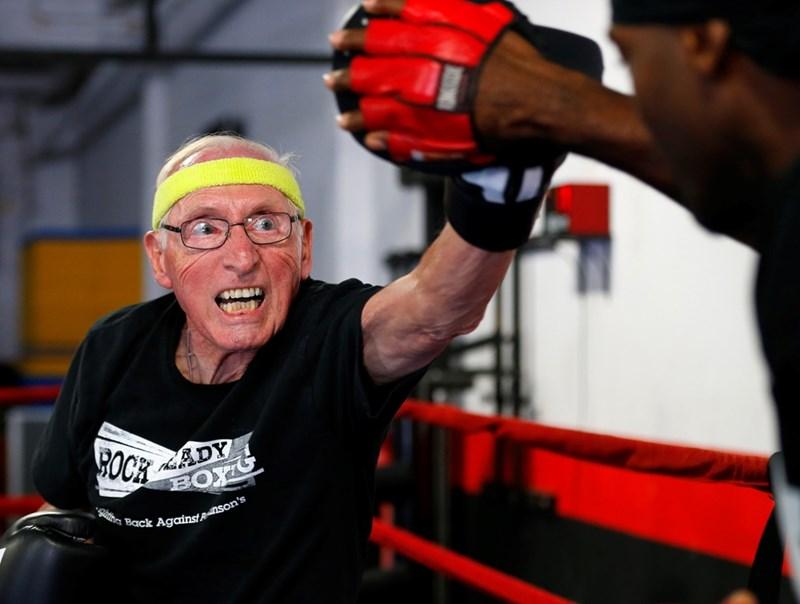 Възрастни хора с болест на Паркинсон тренират бокс в САЩ. Изследвания доказват, че упражненията увеличават нивата на допамин в мозъка, което значително намалява симптомите.