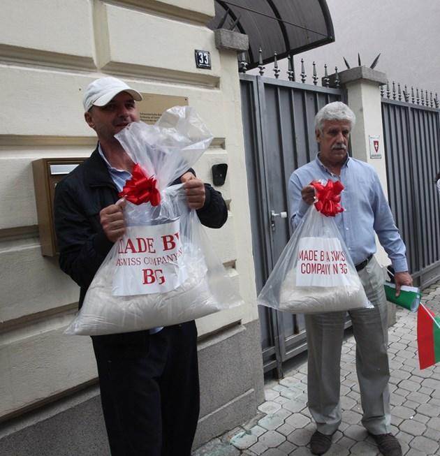 Жителите на Белащица дариха Швейцарско посолство с чували с прах от близката кариера