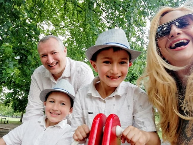 Нели Хаджийска със съпруга си и двамата им синове в Лондон