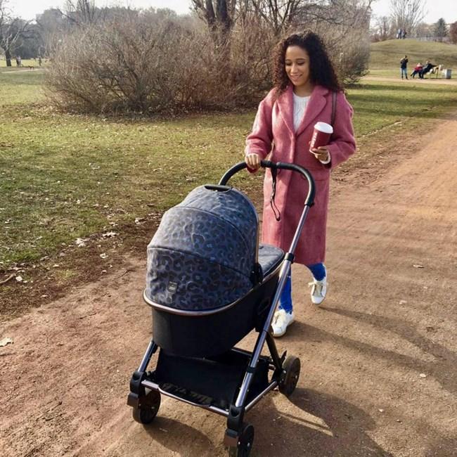 Едва няколко дни след раждането Диана Великова излезе на първата си разходка с дъщеря си Елизабет.