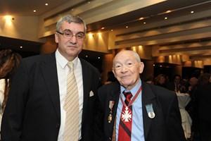 Сами Рафаел (вдясно) в последните си години заедно с българския посланик Димитър Михайлов.