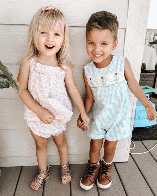 Двете сестрички Хана и Грейс растат щастливо заедно.
