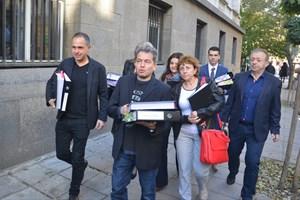 """Екипът на Слави Трифонов, начело с Тошко Йорданов, внася документи за регистрация на партията """"Няма такава държава"""" СНИМКА: 24 часа"""