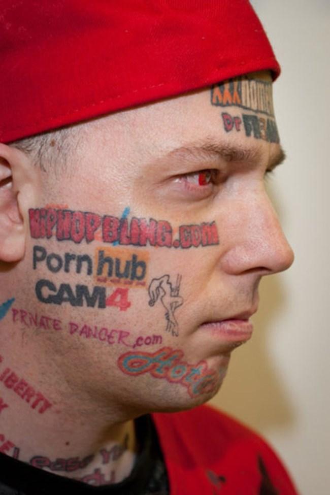 37-годишният Били е отдал лицето си за татуировки на интернет сайтове с порнографско съдържание.