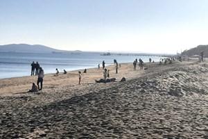 Плажната ивица се напълни с хора.