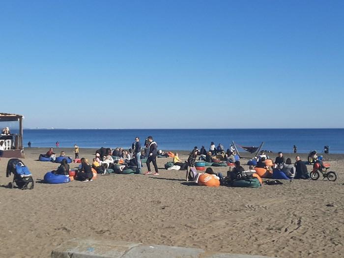Плажът в Бургас гъмжи от хора, които използват необичайно високите за февруари температури. Снимки:Авторът