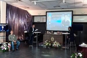 Церемонията  откри зам.кметът по култура, туризъм и спорт Диана Саватева /в дясно/. На обявяването на наградените присъства и част от журито /вляво/. Водещи бяха сестрата на Петя Дубарова и основен оргавизатор на конкурса - Елица Дубарова и актьорът Пламен Каров.