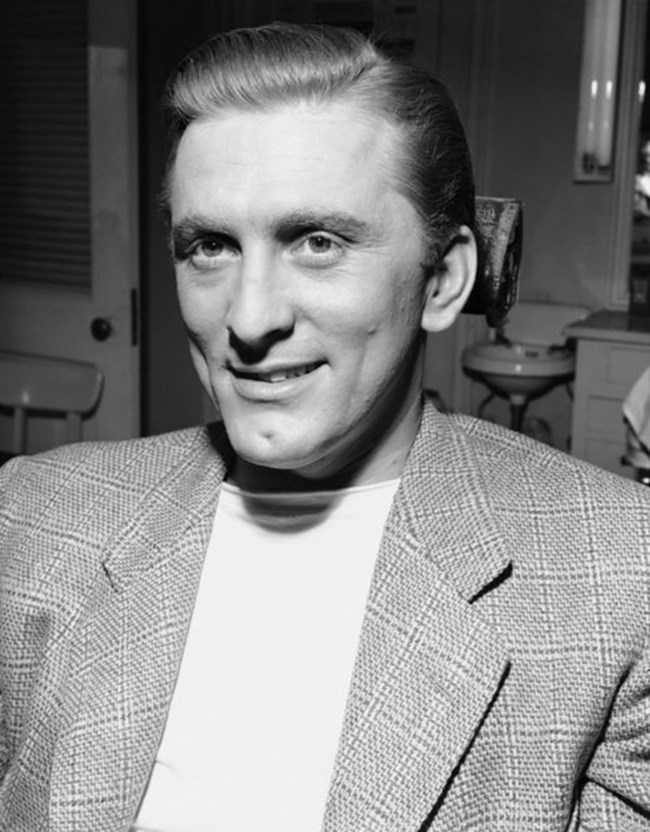 """Дебютът на Кърк Дъглас в киното е през 1946 г. в """"Странната любов на Марта Айвърс""""."""