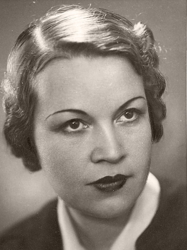 Тази снимка на Елисавета Багряна беше в учебниците по литуратура във времето на социализма.Тя е първата ни модерна поетеса.