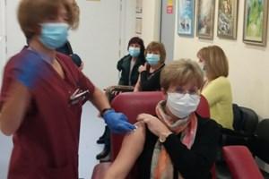 Общо 15 медици ще бъдат ваксинирани днес в Комплексния онкологичен център.