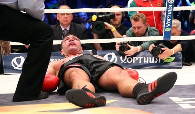 Кубрат Пулев е в нокдаун поради сътресение на мозъка от удар по време на боксов мач.